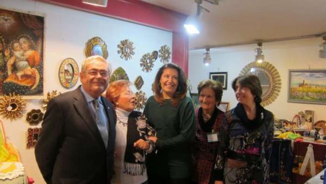 La delegada del Gobierno, Carmen Crespo, inaugura un rastrillo solidario