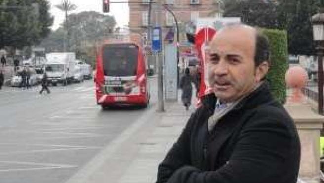 Pedro López ofrece una rueda de prensa en la parada de autobuses de La Glorieta