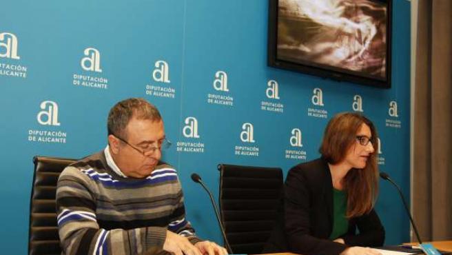 Joan Vicent Hernández junto a la diputada provincial María Carmen de España