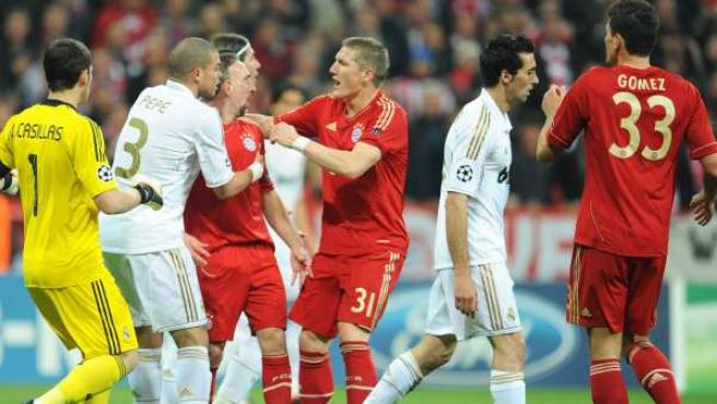 Pepe frena a Ribery durante la semifinal entre Bayern y Real Madrid.