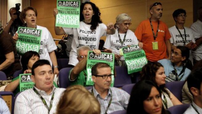 Un grupo de afectados por la preferentes de Bankia protestan durante una Junta General de accionistas.
