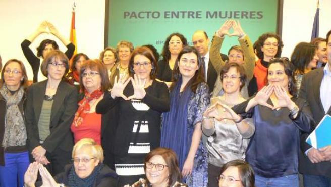 El grupo de parlamentarias que ha presentado el el congreso el Pacto entre mujeres por los derechos sexuales y reproductivos y de la interrupción voluntaria del embarazo.