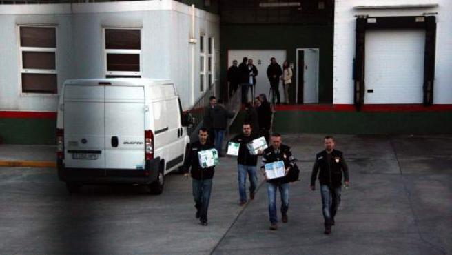 Agentes de la policía judicial de la Guardia Civil salen con cajas de documentación de las instalaciones del Escorxador del Gironès, el matadero de Girona donde se sacrificaron algunos de los caballos no aptos para el consumo humano.