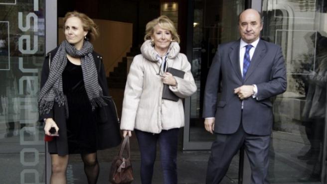 La expresidenta de la Comunidad de Madrid, a su salida de la sede del PP en Madrid, tras contestar por escrito en su despacho y en presencia del secretario judicial, a las preguntas de las partes del 'caso Gürtel'.