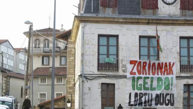 """Una pancarta en euskera en la que puede leerse """"Enhorabuena Igeldo, lo hemos conseguido"""" junto a una vivienda de Igeldo, que se ha convertido el municipio número 89 de la provincia de Gipuzkoa."""