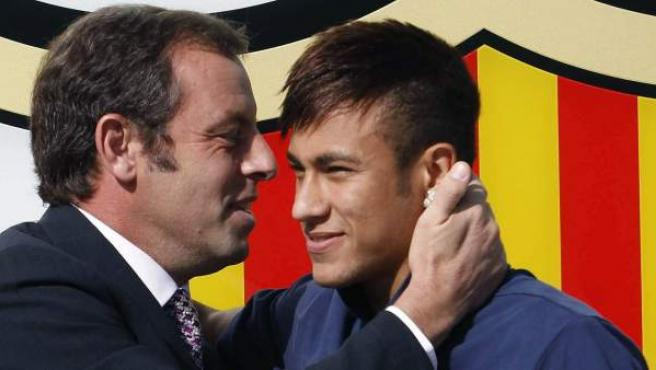 Sandro Rosell da la bienvenida a Neymar durante su presentación en Barcelona, en 2013.