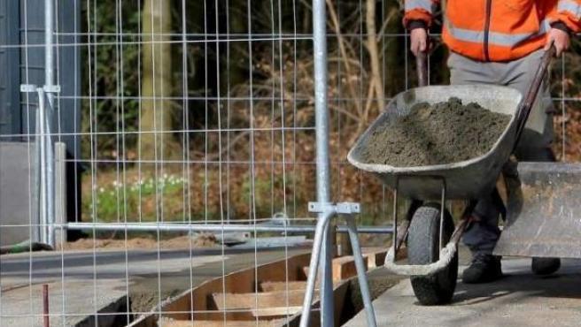 Imagen de archivo de un trabajador del sector de la construcción en España.