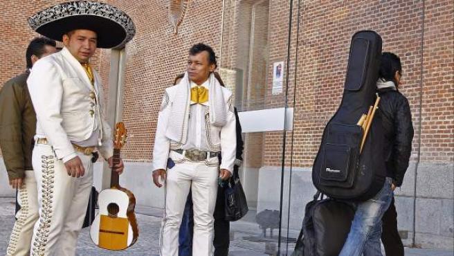 Músicos a la espera del casting para poder actuar en las calles de Madrid, donde una comisión valorará si el candidato tiene un nivel de interpretación capaz de animar o entretener al público sin molestar a vecinos o viandantes. Más de 350 músicos realizarán audiciones.