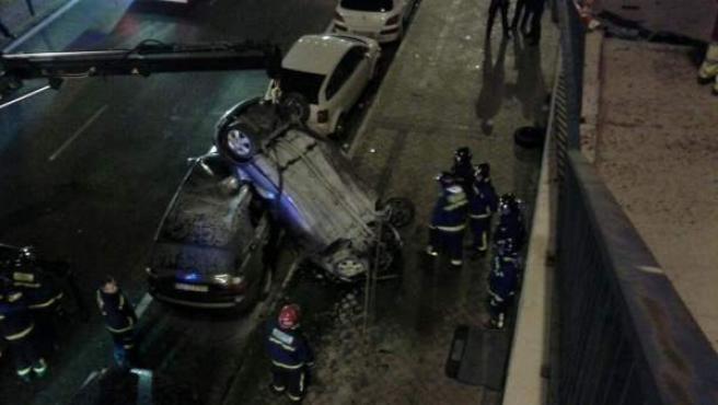El vehículo que ha caído de unos 8 metros en Santa María de la Cabeza y en el que ha resultado herido grave el joven que conducía.
