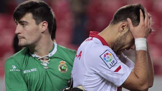 Dani Sotres, portero del Racing, consuela a Juan Cala, defensa del Sevilla.