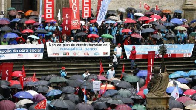 Imagen de archivo en la que varios miles de personas muestran su rechazo en las calles de Santiago al plan de reestructuración de Novagalicia Banco.