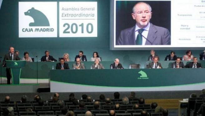 El presidente de Caja Madrid, Rodrigo Rato, intervirne durante una asamblea extraordinaria de la entidad madrileña.