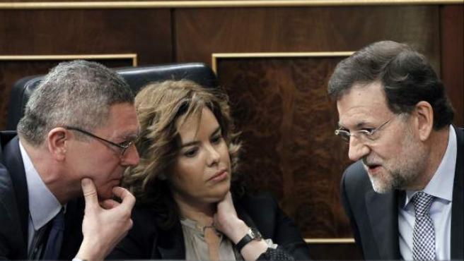 Mariano Rajoy, con Soraya Sáenz de Santamaría, que ofrecerá explicaciones tras el Consejo de Ministros, y Alberto Ruiz-Gallardón.