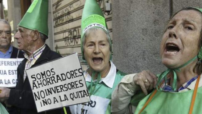 Afectados por las preferentes protestan en los alrededores de la Audiencia Nacional.