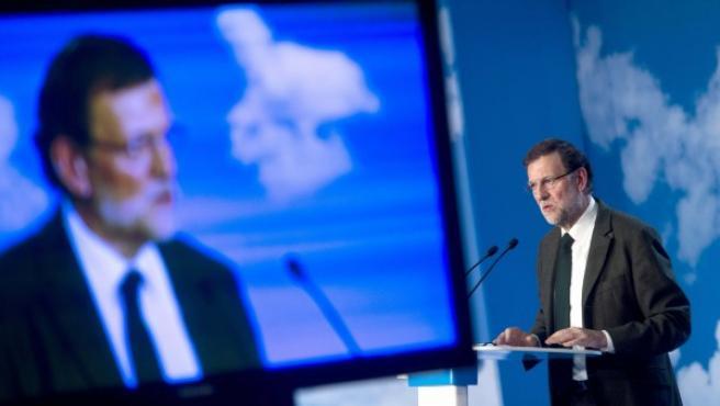 El presidente del Gobierno, Mariano Rajoy, por partida doble, en vivo y en pantalla.