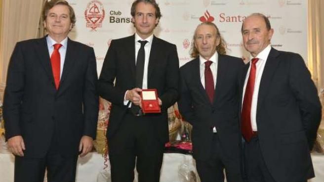 El alcalde recibe la insignia de oro del Club Bansander
