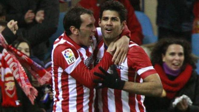 Diego Godín felicita a Diego Costa tras marcar ante el Levante.