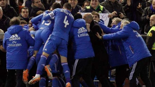 Los jugadores del Real Madrid celebran el gol de Jesé en Mestalla.