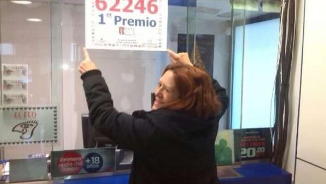 La lotera coloca el cartel con el 'Gordo'