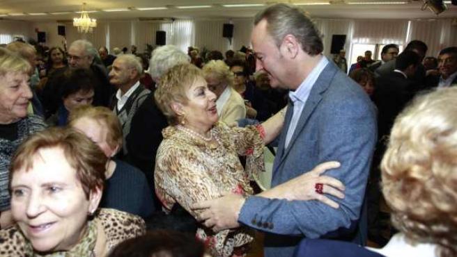 Alberto Fabra visita a beneficiarios de 'No estés solo en Navidad'