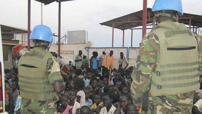 Imagen difundida por la Misión de las Naciones Unidas en la que dos cascos azules supervisan un grupo de refugiados en la República de Sudán del Sur.