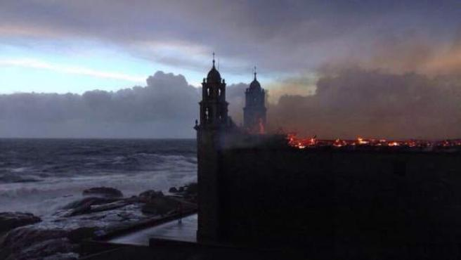 Una imagen de cómo ha quedado el Santuario de la Virgen de Barca, en Muxía, con el tejado aún ardiendo.
