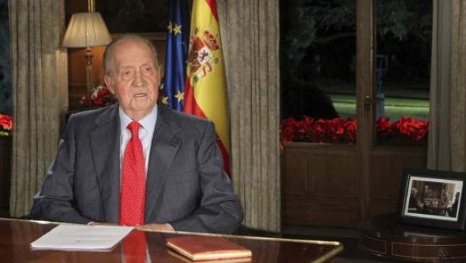 El rey Juan Carlos se dirige a los españoles desde el Palacio de La Zarzuela en el tradicional mensaje de Navidad del monarca, en el que repasa los principales acontecimientos políticos, sociales y económicos ocurridos en 2013.