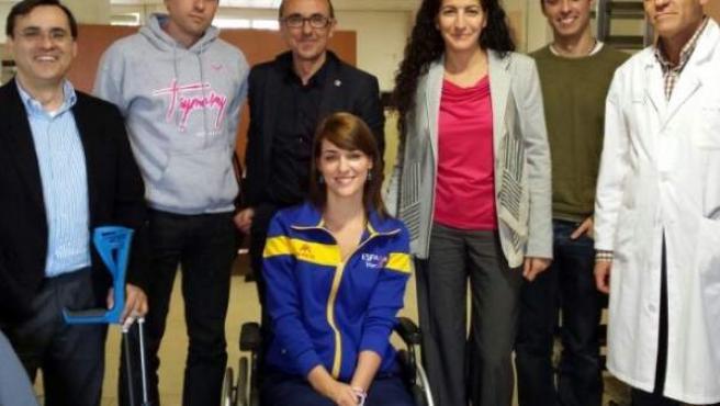 La triatleta Eva Moral, en silla de ruedas, recibe la visita de representantes del Consejo Superior de Deportes, el Comité Paralímpico Español y la Fedreación Española.