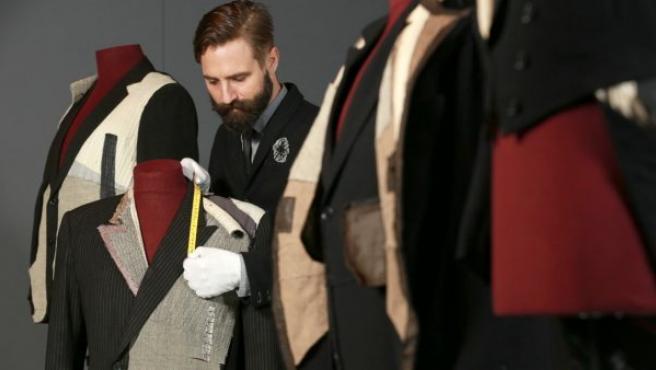 Tim Long con alguno de los trajes desmontados para la exposición 'The Anatomy of a Suit'