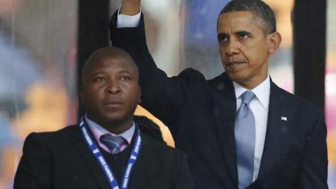 Thamsanqa Jantjie, el intérprete de lengua de signos que trabajó en el funeral de Mandela, con el presidente de EE UU, Barack Obama, detrás.