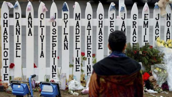 Fotografía del memorial erigido en la escuela Sandy Hook de Newtown, Connecticut, donde en diciembre de 2012, un perturbado acabó con la vida de 20 niños y 6 adultos.
