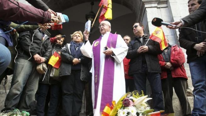 Un acto de la Asociación de las Víctimas del Terrorismo, con Ángeles Pedraza en la imagen, en el País Vasco.