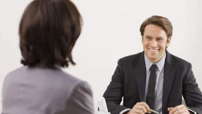 Un joven en una entrevista laboral.