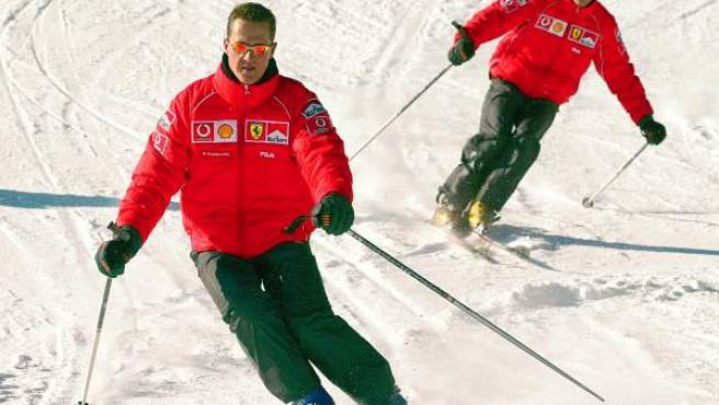 Una imagen de archivo del heptacampeón del mundo de Fórmula 1, Michael Schumacher, esquiando.