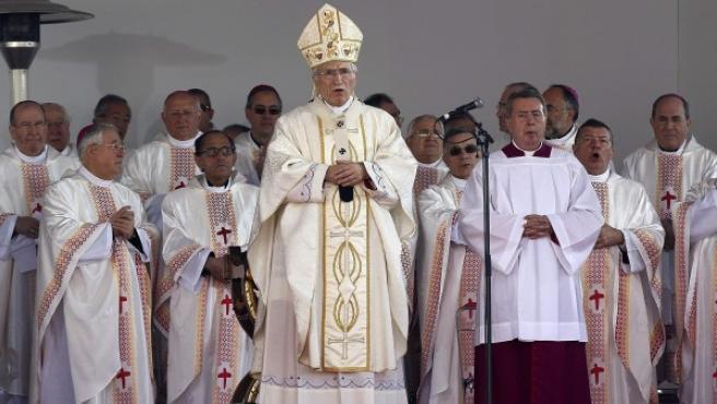 El cardenal arzobispo de Madrid, Antonio María Rouco Varela, oficia la Eucaristía, que constituye el acto central de la Fiesta de la Familia.