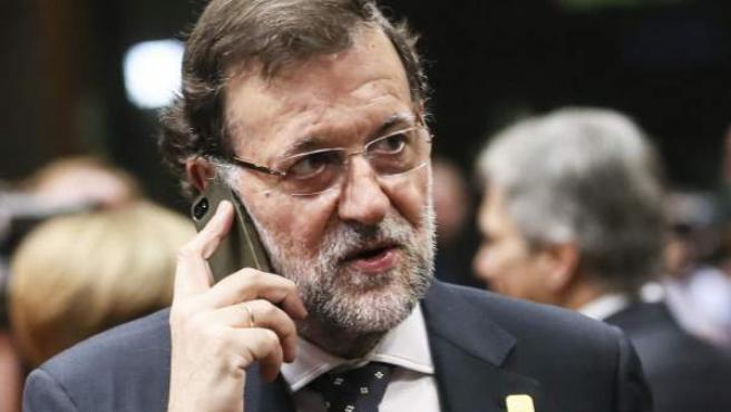 El presidente del Gobierno español, Mariano Rajoy, hablando por teléfono.