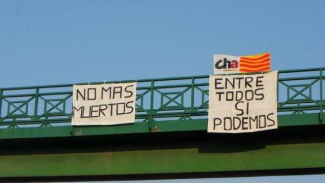 Las pancartas se encuentran en el puente de Figueruelas