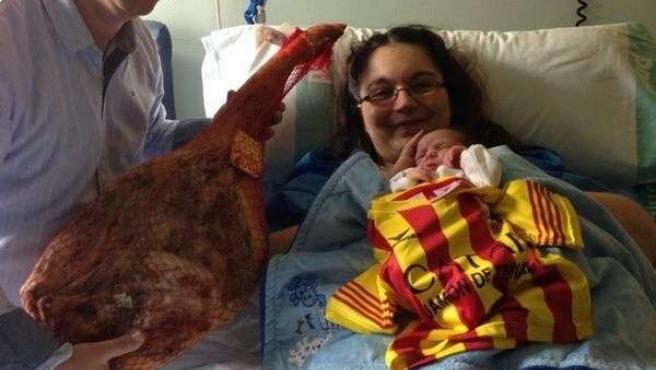 "El primer bebé aragonés de 2014 con camiseta ""Catar jamón de Teruel"""