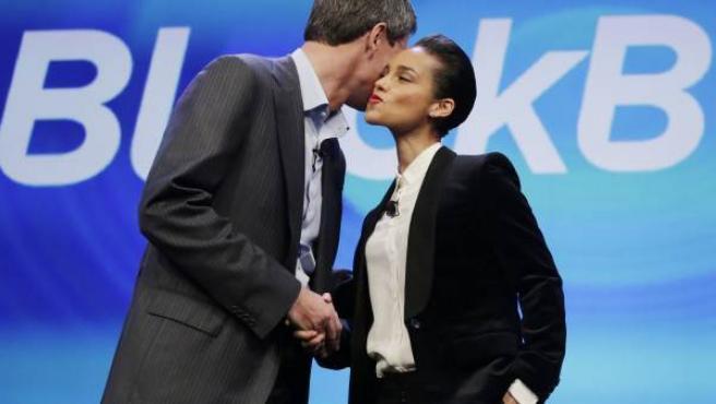Thorsten Heins, consejero general de Blackberry, da la bienvenida a Alicia Keys como directora artística en enero de 2013.