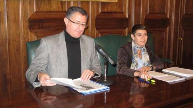 El alcalde de Teruel, Manuel Blasco, y la concejal de Economía, Rocío Féliz