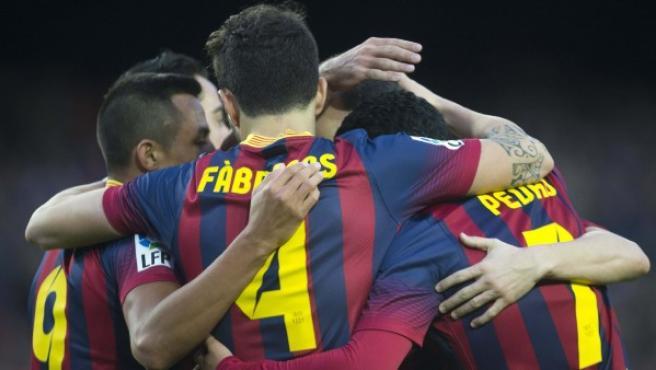 Alexis, Cesc y Pedro celebrando un gol.