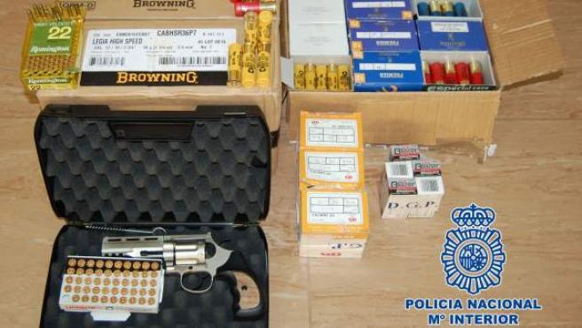 Revolver y munición intervenida por la Policía.