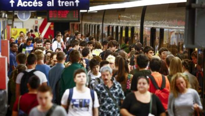 Viajeros en la estación de metro de València de Àngel Guimerà.