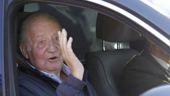 El rey Juan Carlos saluda a su salida del Hospital Universitario Quirón de Madrid donde el pasado 21 de noviembre se sometió a una intervención quirúrgica de cadera.