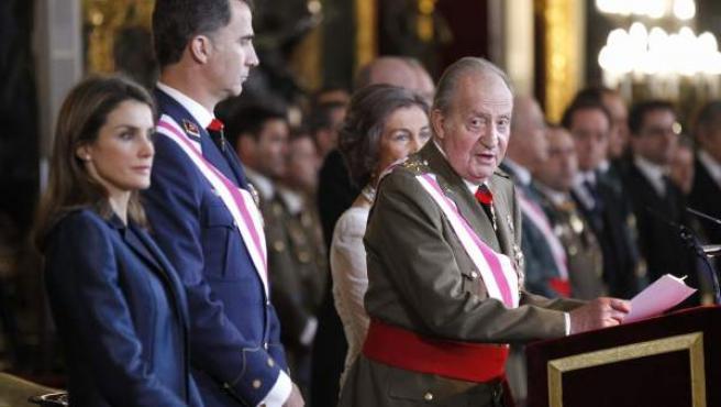 El Rey, acompañado por la Reina y los Príncipes de Asturias, durante su discurso en el acto de celebración de la Pascua Militar.