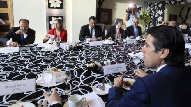La ministra española de Fomento, Ana Pastor (2-i), junto al secretario de estado de Cooperación Internacional y para Iberoamérica, Jesús Manuel García (i), el embajador de España en Panamá, Jesús Silva (3-i).