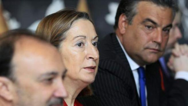Ana Pastor (c), junto al secretario de estado de Cooperación Internacional y para Iberoamérica, Jesús Manuel García (i), y el embajador de España en Panamá, Jesús Silva (d).