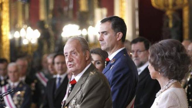 El rey, en su discurso de la Pascua Militar, con el príncipe detrás.