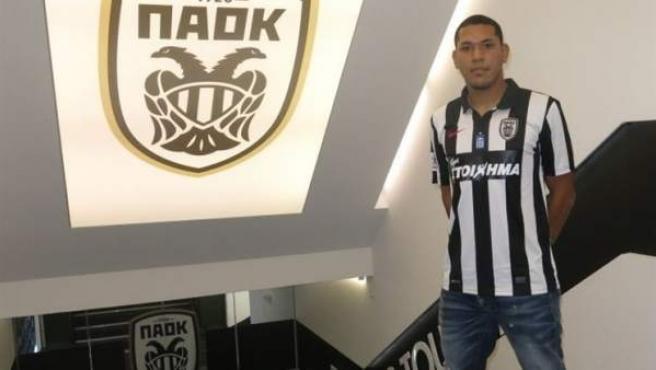 Hedwiges Maduro posa con su nueva camiseta, la del PAOK.
