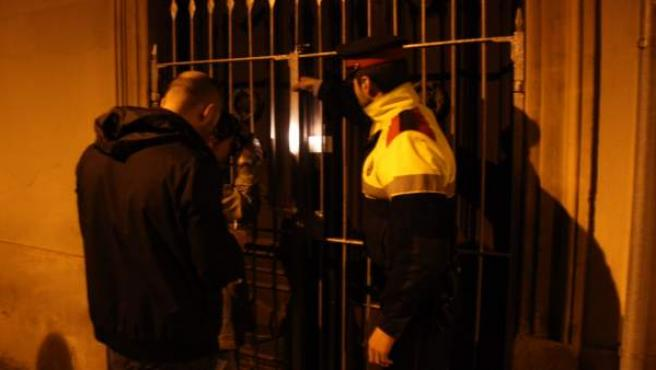 Los Mossos d'Esquadra precintan la casa del distrito de Sarrià-Sant Gervasi de Barcelona en el que una anciana fue hallada muerta.